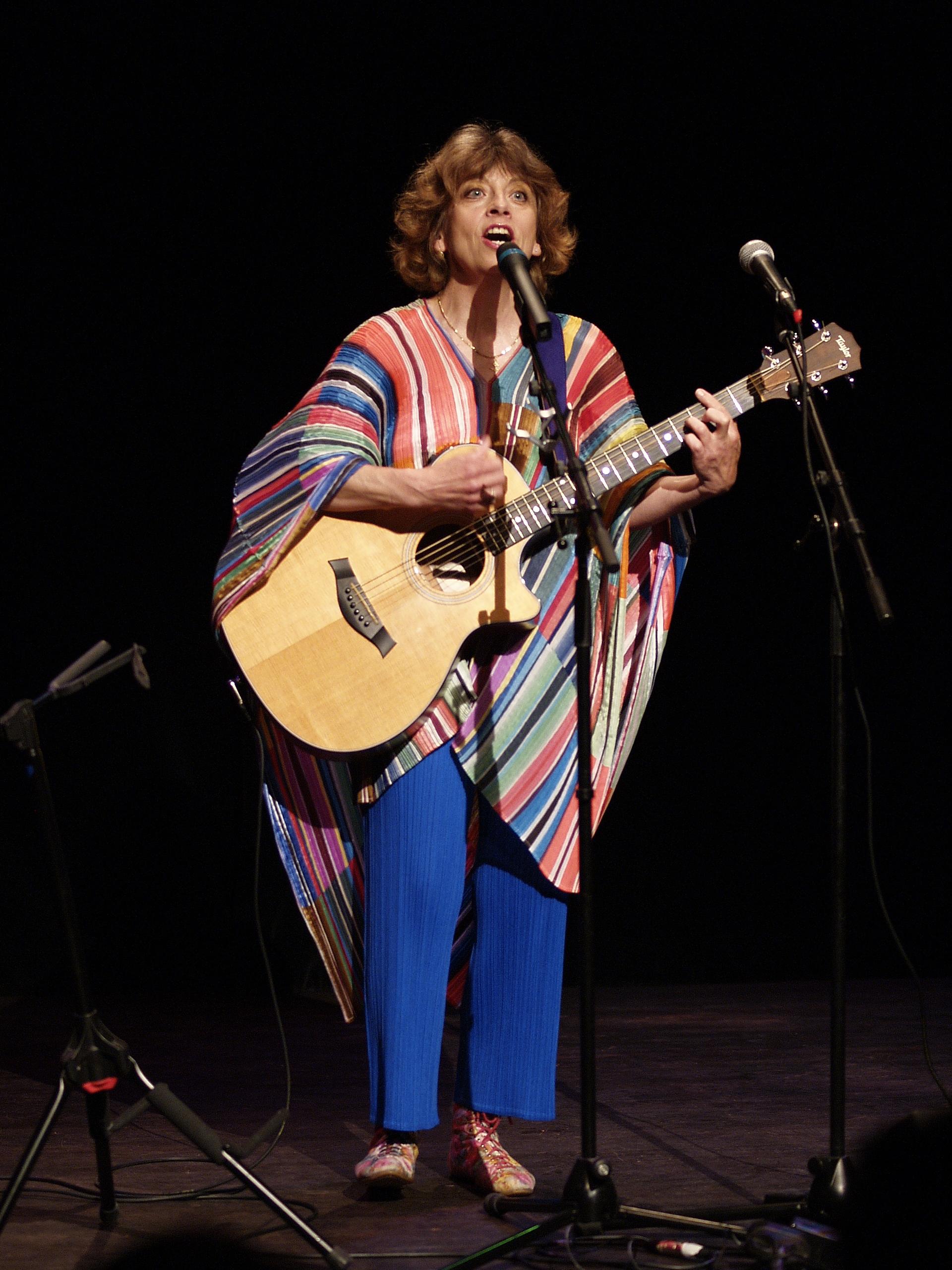 Nicole Rieu chante